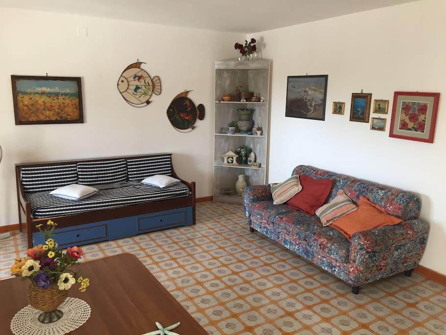 Ingresso living su soggiorno molto ampio con due divani letto