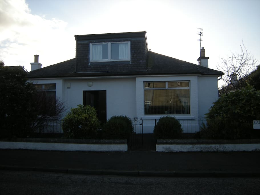 Detached house in quiet residential location