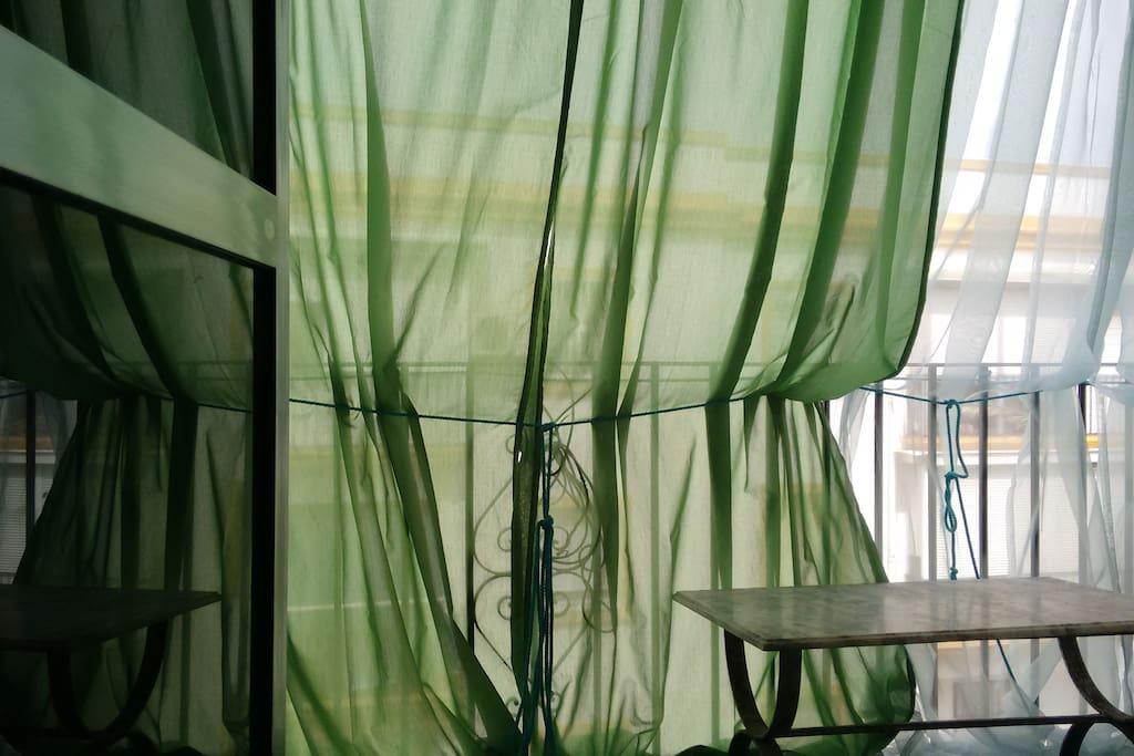 Balcón // El salón da  al balcón, con lo que hay mucha más luz, y podéis estar al aire libre sin tener que salir a la calle. Hay doble persiana: balcón y salón, con lo que siempre hay intimidad, protección del calor de Sevilla, y su lluvia