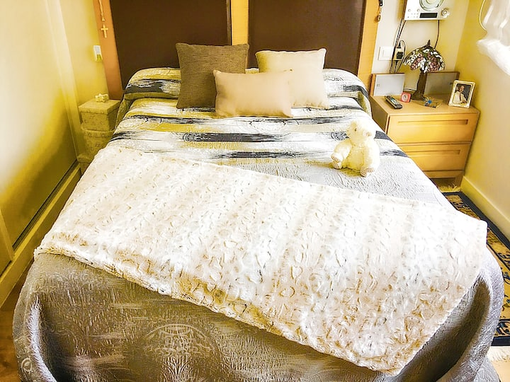 Habitación confortable con cama de matrimonio