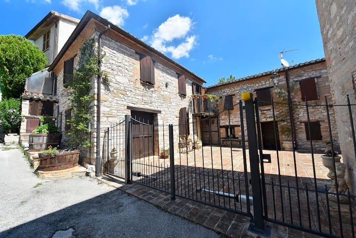CASA VACANZE SUL LAGO - MARCHE - ITALY - Serrapetrona - Rumah