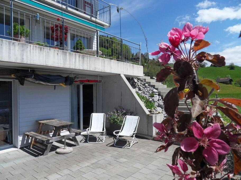 Das Zimmer ist unten rechts im Erdgeschoss mit Terrasse.