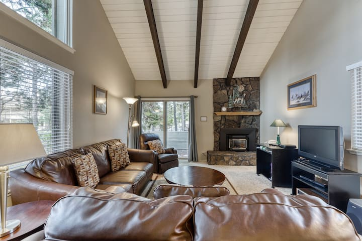 Gorgeous condo w/ shared hot tub and pool with included SHARC passes