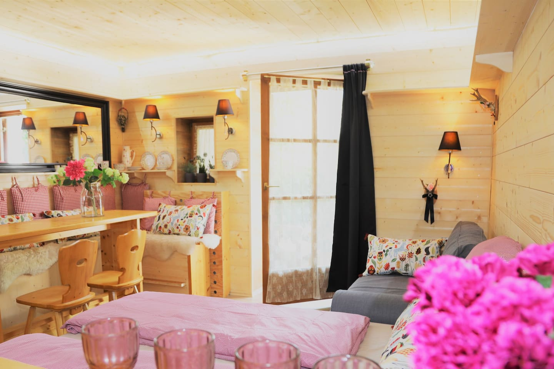 Das Wohnzimmer mit Holzvertäfelungen vom Tegernsee'r Land