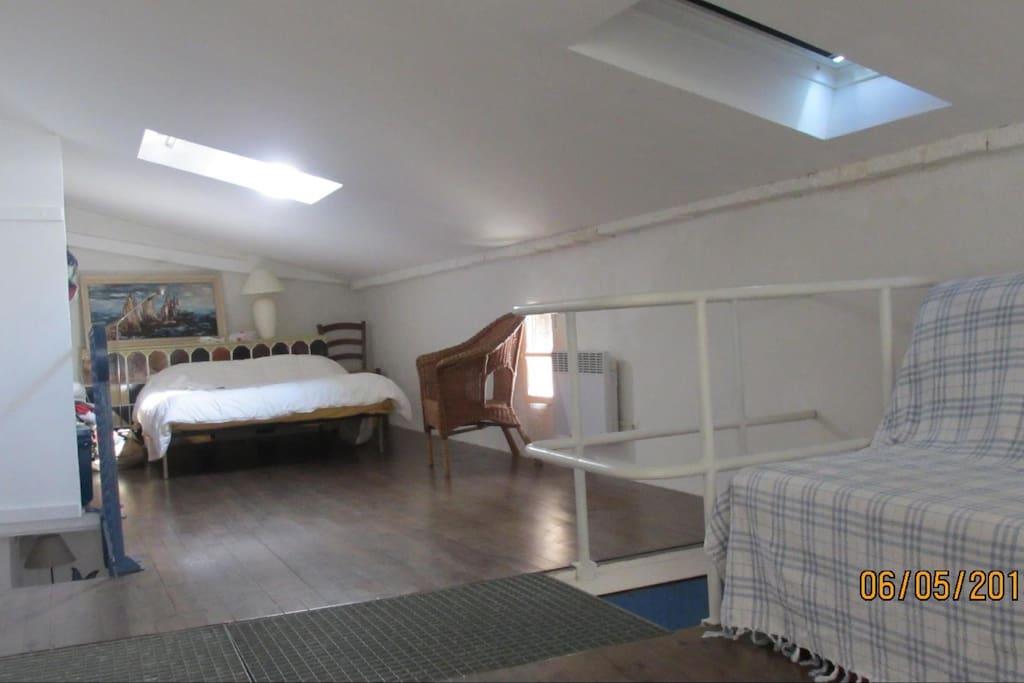 à l'étage lit double et lit d'appoint (canapé convertible bz)