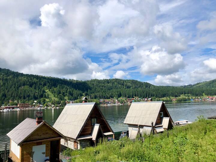 Дом на самом берегу Телецкого озера