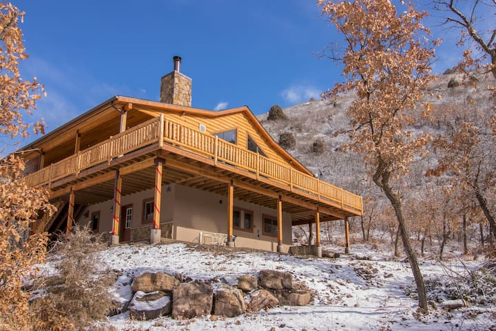 Secluded second-floor home w/ amazing mountain & lake views, deck, fireplace
