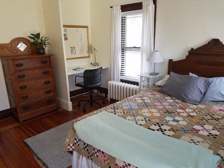 Quiet Private Room & Bath, Two Blocks to Broadway!