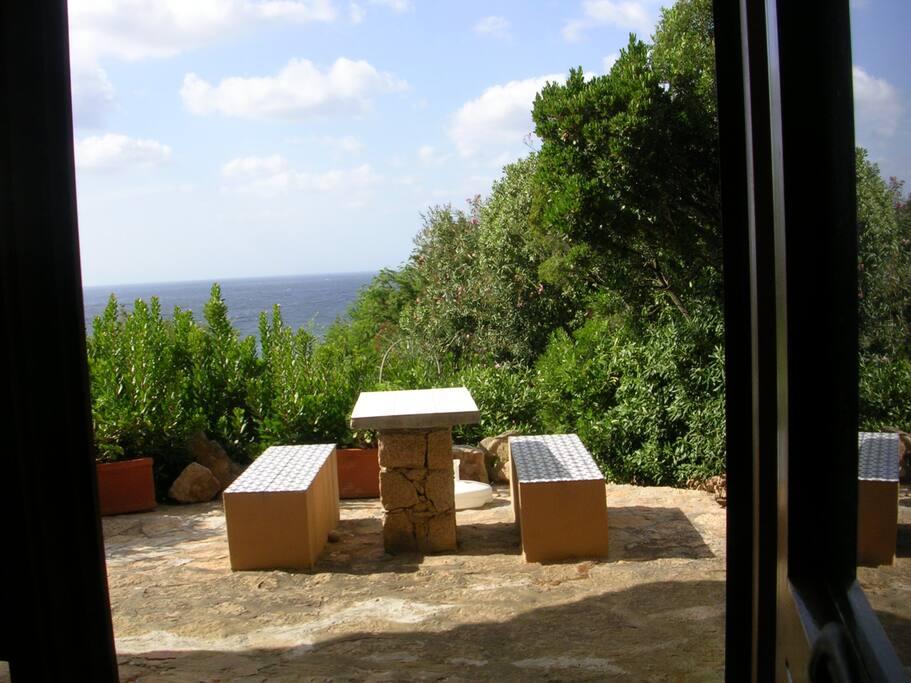 giardino che circonda la villetta con tavolo esterno per i pranzi