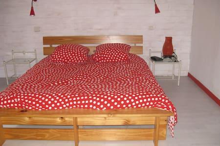 chambre lit double 16m2 - Cornillon-Confoux