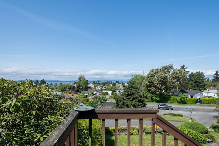 Half house, 2ms, views, deck, 20 min dwntn/beach
