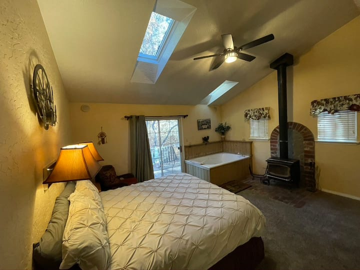 Romantic and Private Jacuzzi Cabin ~ Walk to Village and Lake