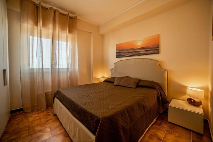 Camera da letto matrimoniale con chiave,ventilatore, materasso e cuscini memory .vista mare