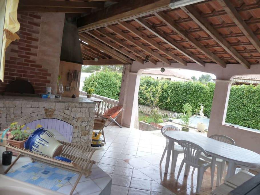 cuisine et séjour d'été couvert, pouvant accueillir 10 à 12 personnes pour les repas à l'ombre, BBQ , plancha, four à pizzas,