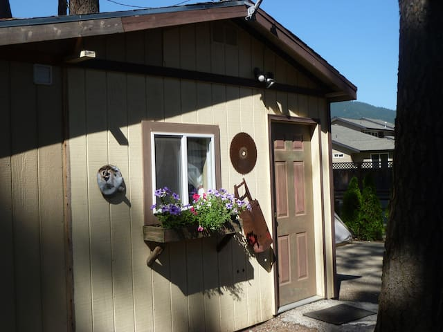 Lumberjack Cabin - one queen bed, 3 bunk beds - Coeur d'Alene - Casa
