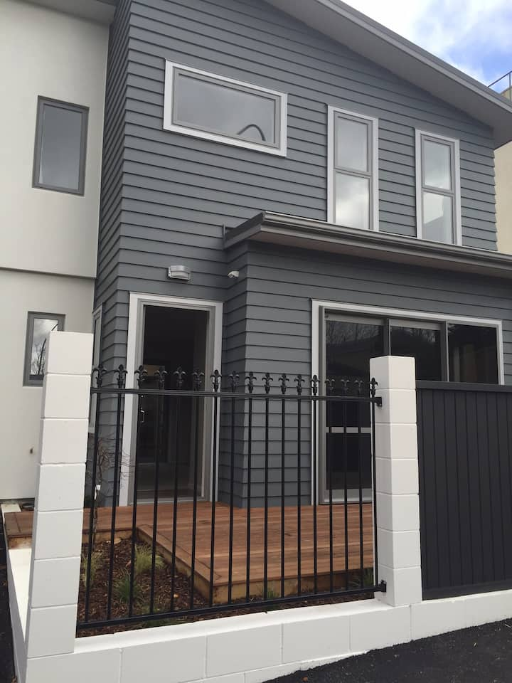CBD Location, guest suite in airy modern townhouse
