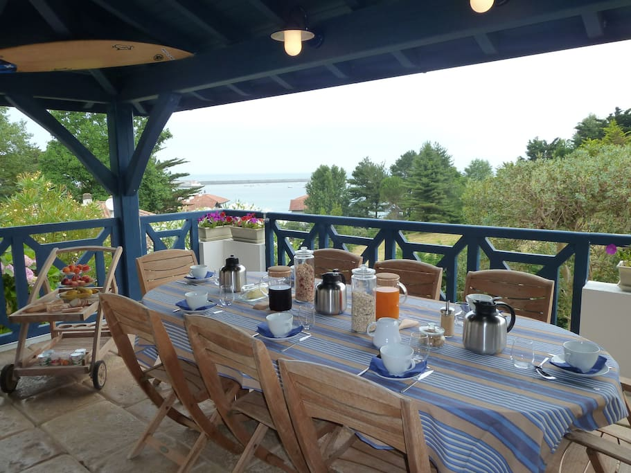 La terrasse vue sur mer et son espace repas.