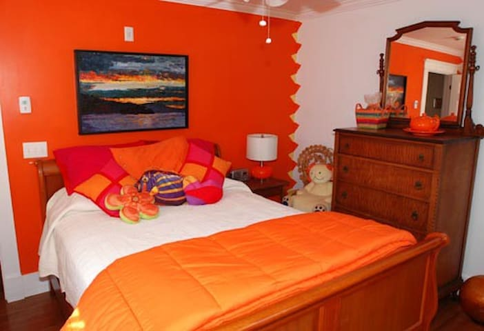 Tangerine Citrine Bedroom, Bold Colorful Life - Boothbay - Apartment