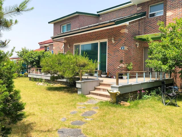 Beautiful flat surrounded by the forest (숲속전원주택)