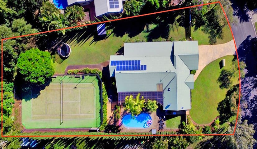 Noosaville Private Resort Home.5 beds. Sleeps 10+