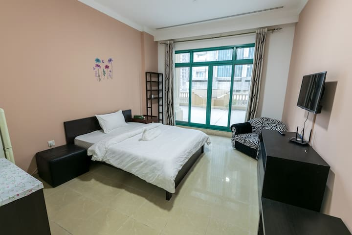 Bed Space in Shared Big Room for a Girl in Marina.