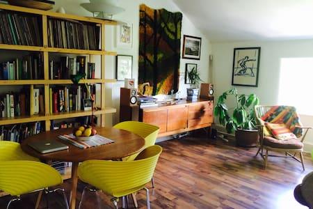 Spacious Apartment, Great Location - Apartment