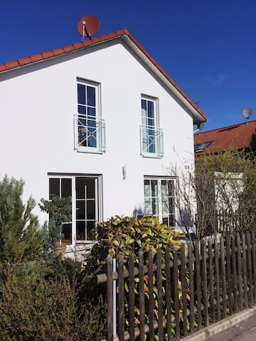 Möbliertes Zimmer mit eigenem Bad S-Bahn-Nähe - Vaterstetten - House