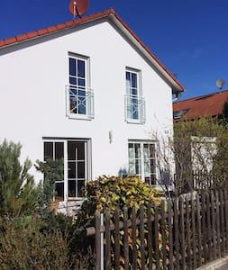 Möbliertes Zimmer mit eigenem Bad S-Bahn-Nähe - Vaterstetten - Haus