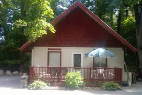 Charming ADK chalet, near outlet shopping, skiing!