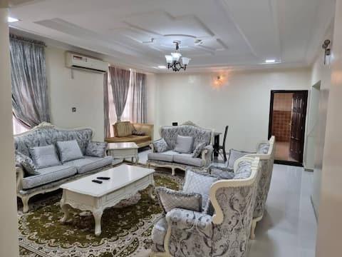 Charmant Penthouse de 3 chambres avec piscine à Katampe.