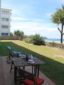 Absolute Beachfront Apartment - Kings Beach - Flat