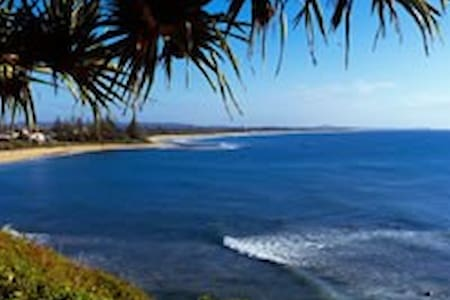 Moffat Beach. Overlooking the Ocean - Moffat Beach - 一軒家