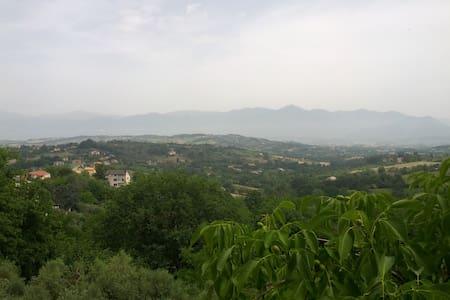 Tra il monte Matese e Napoli - Caiazzo - บ้าน
