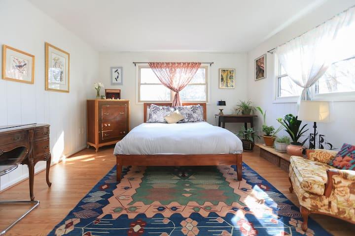 Delightful Master Bedroom with Private Bath - Asheville - Casa