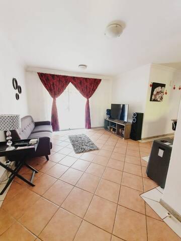 Quiet , clean 1 bedroom 8km from Menlyn Mall