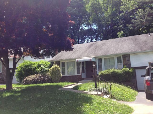 Funky split-level near Philly - Havertown - Casa