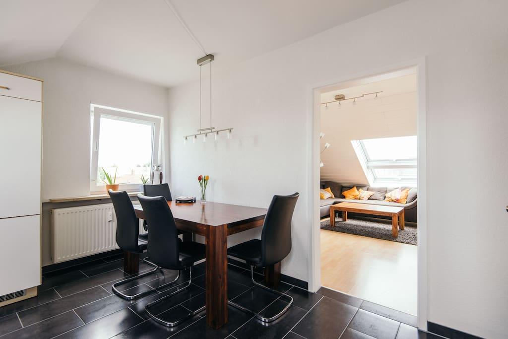große Wohnküche mit edlem Kirschholztisch