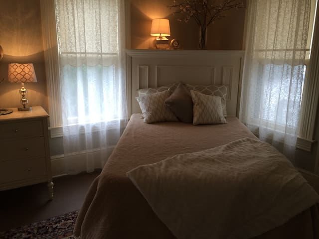 Suite in Historic Burdoin Mansion