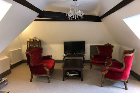 Butler and Maid Suite with Luxury Bath and Lounge
