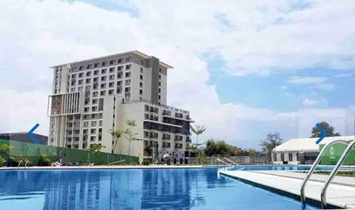 Staycation Condo resort near airport w/ fast WiFi!