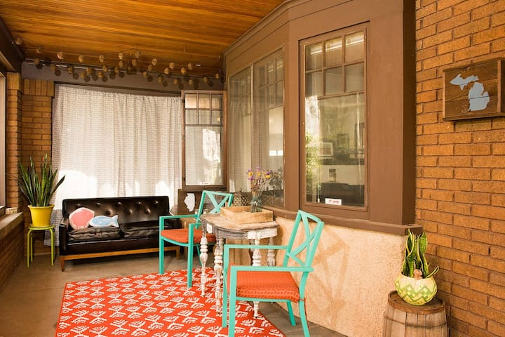 Private room for one in heart of Eastown