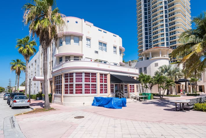 Oceanfront Art Deco Gem - Miami Beach
