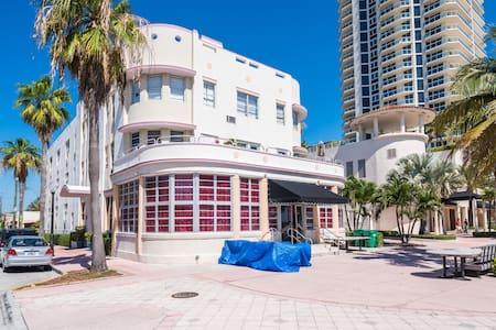 Oceanfront Art Deco Gem - Miami Beach - Appartement