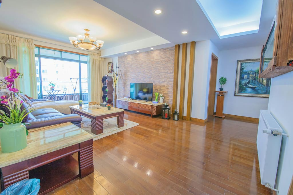宽敞明亮的客厅 spacious and bright living room