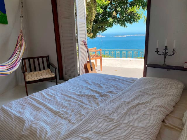 Suite com cama kingsize, vista ao mar e piscina