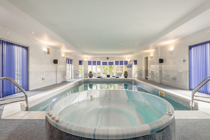 Luxury 6-bed house with pool