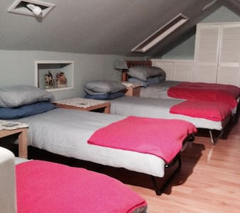 Spacious Double Attic room sleeps 5 - Street