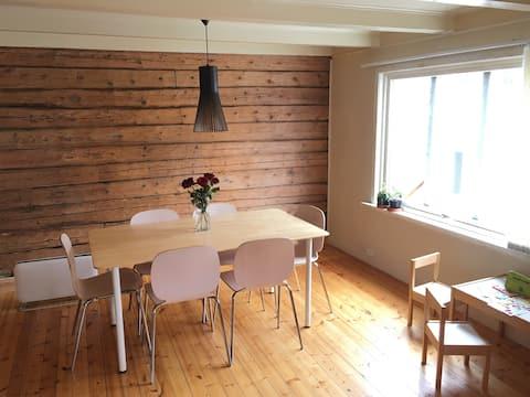 位于格林斯塔德( Grimstad )中心迷人的民宅
