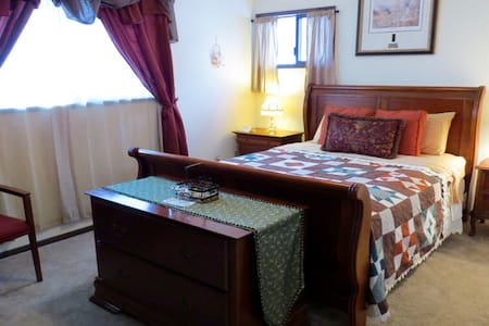 Tamarack Room at Riverwood B&B - Kettle Falls - 住宿加早餐