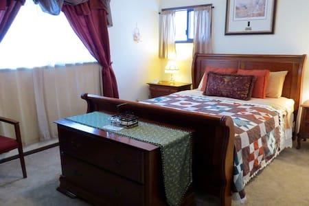 Tamarack Room at Riverwood B&B - Kettle Falls - Гестхаус